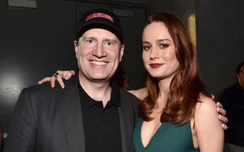 Brie Larson, la próxima capitán Marvel, junto a Kevin Feige, presidente de los estudios.