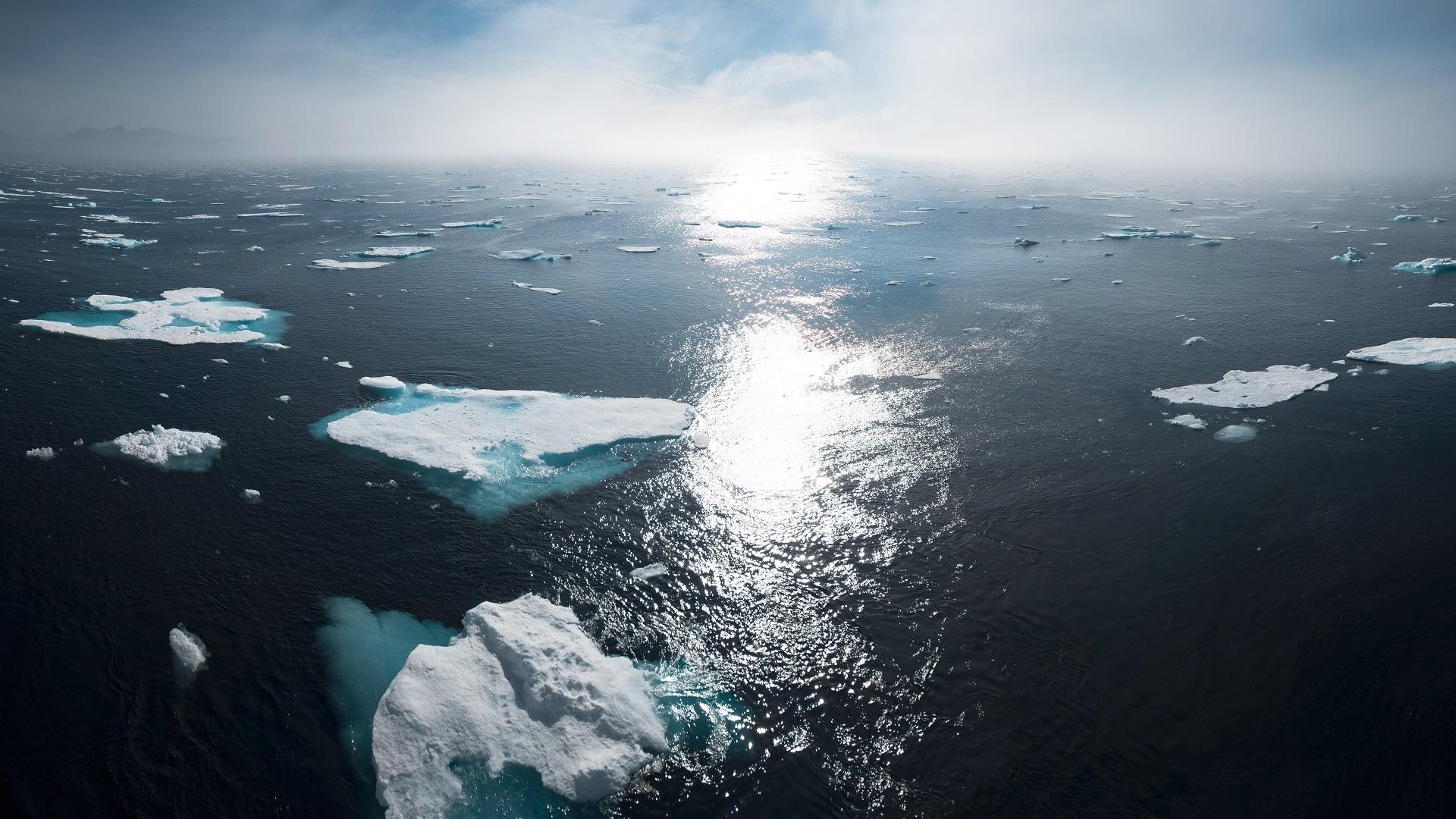 Pedazos de hielo en Groenlandia. Foto de William Bossen / Unsplash