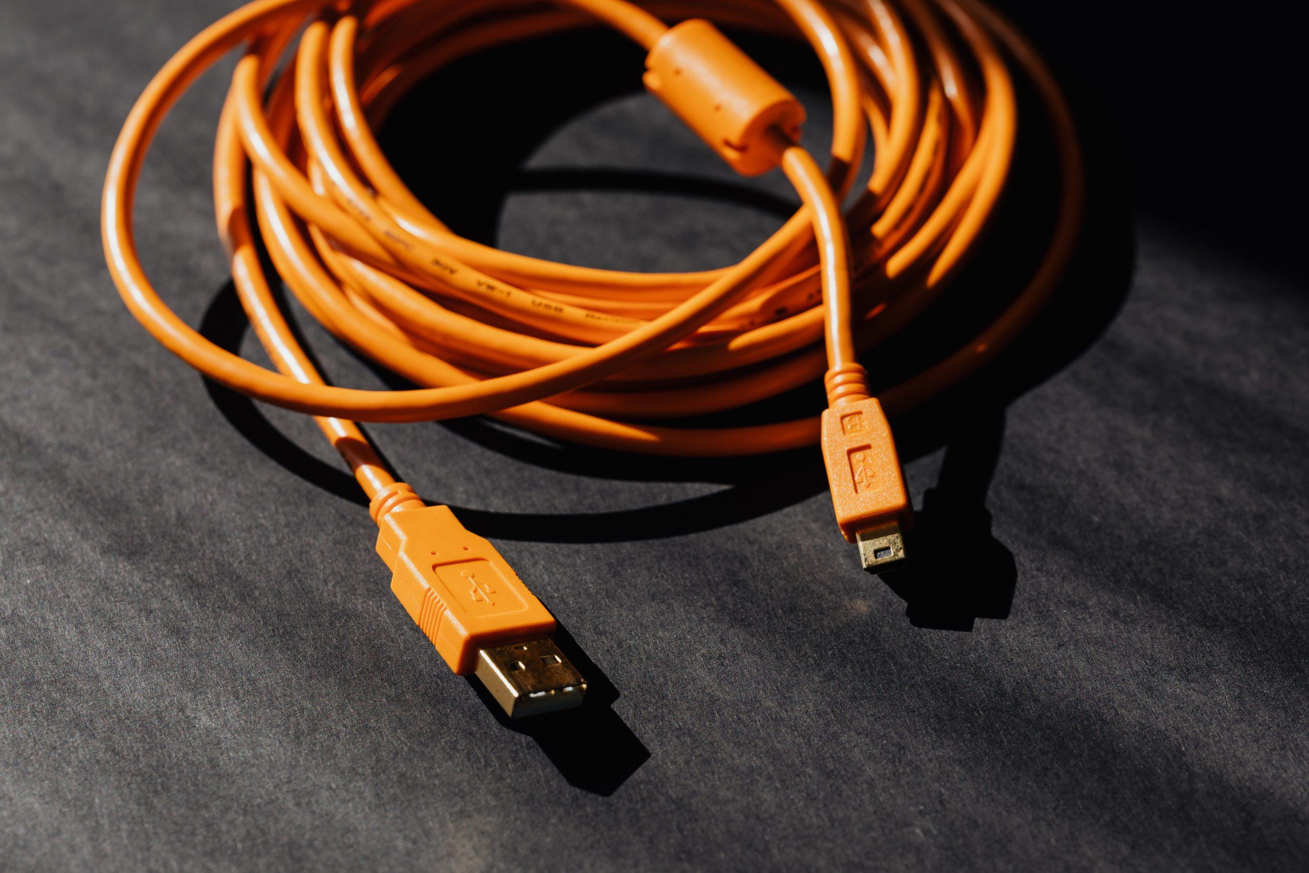 ¡¿Por?! Joven se introduce un cable USB en el pene y termina en el hospital
