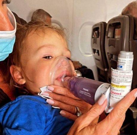 ¡HDSPM! Bebé con ataque de asma es expulsado de avión por no portar mascarilla