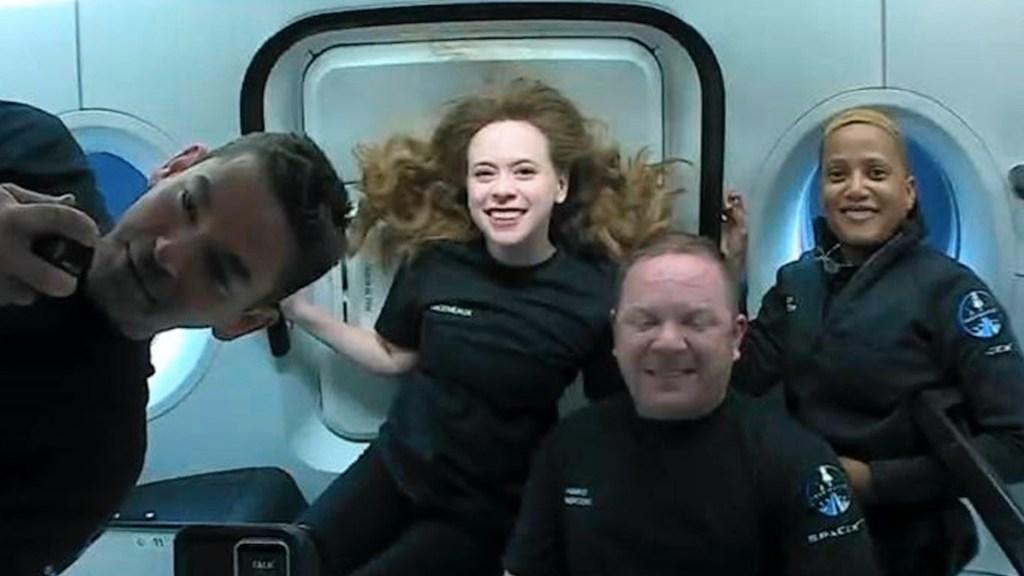 Tripulantes de la misión Inspiration4 conversan desde el espacio con niños. Foto de EFE