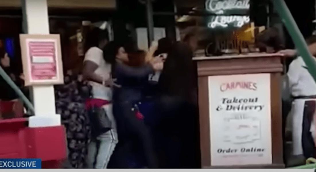 Golpean a empleada de un restaurante por pedir certificado de vacunación contra COVID