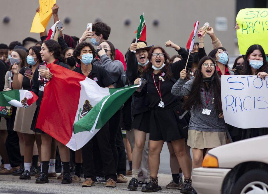 """Chale: Denuncian racismo contra estudiantes mexicanos que escuchaban """"Payaso de rodeo"""""""